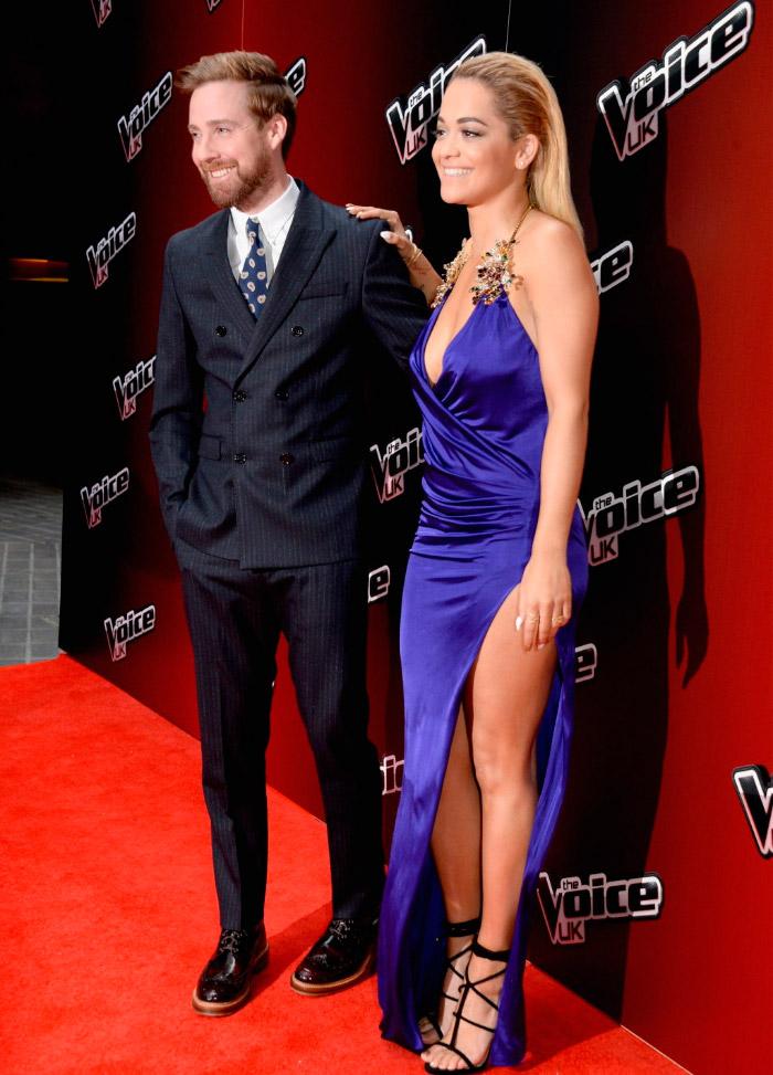 Rita Ora de azul en el lanzamiento de The Voice UK