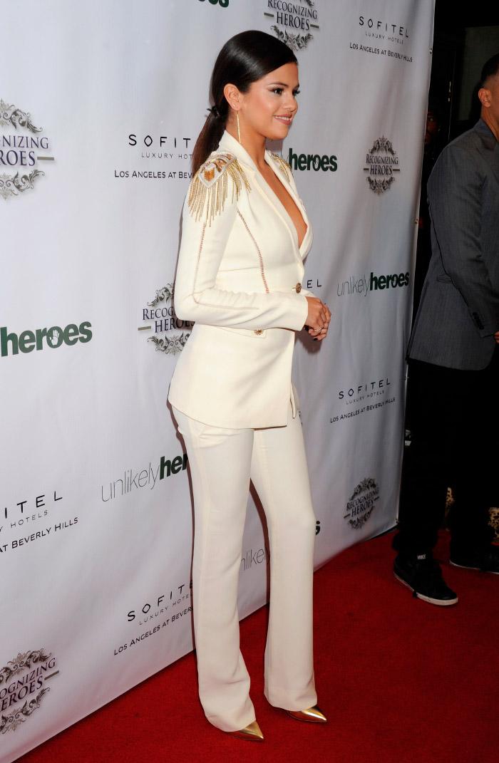 Selena Gomez chic en evento benéfico