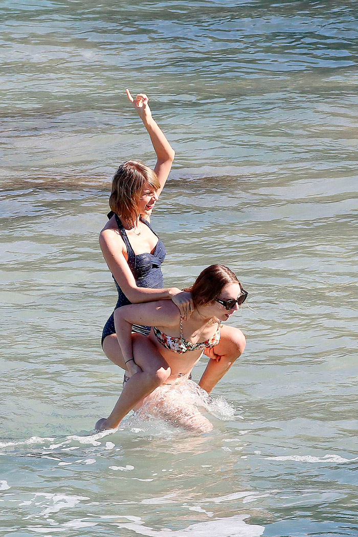 Taylor Swift con amigos en traje de baño retro en Maui