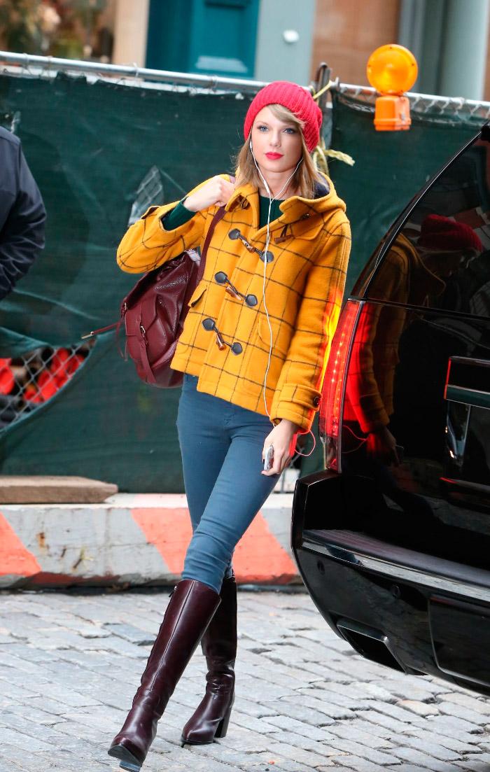 Taylor Swift con un outfit colorido