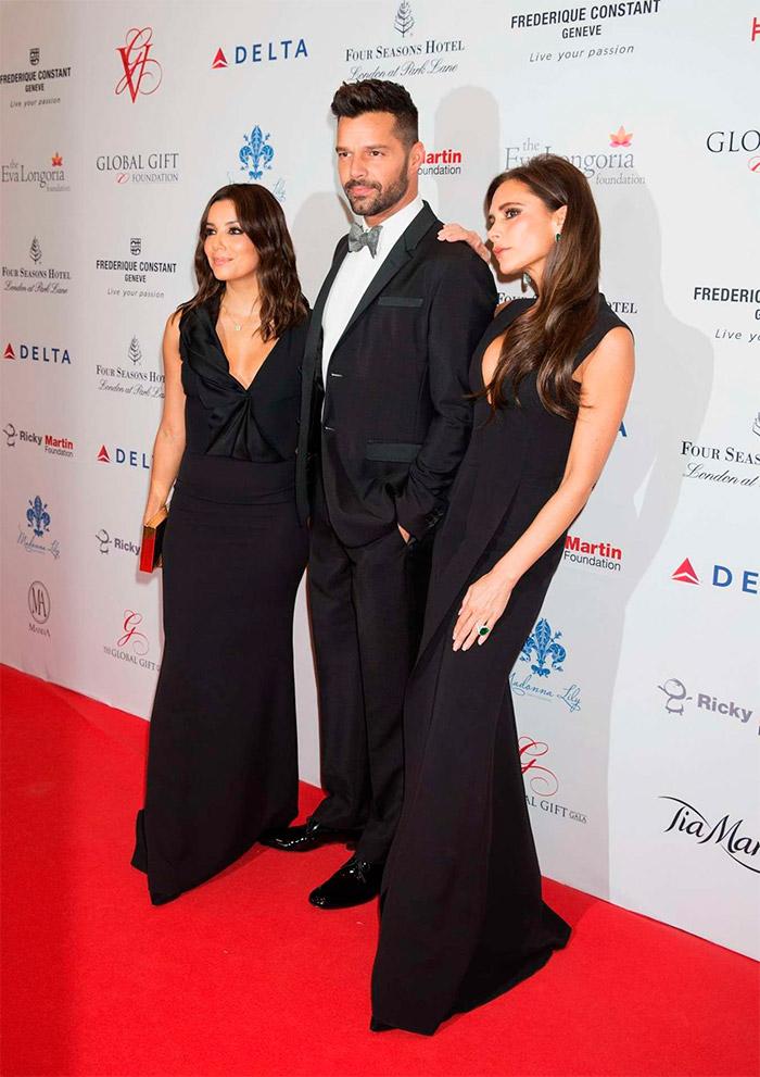 Victoria Beckham con un vestido negro de su propia firma