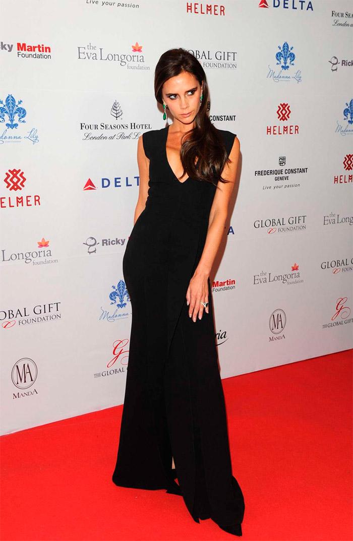 Victoria Beckham con un vestido negro