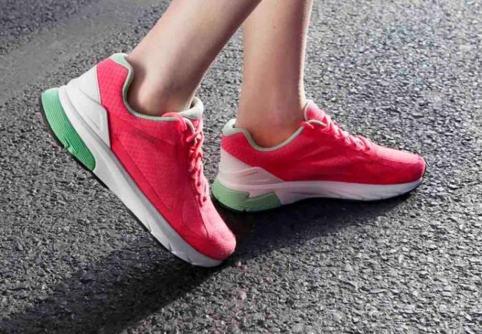 Cómo vestir a la moda con zapatillas deportivas